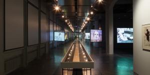 Ein Manuskript von Jack Kerouac in Form einer langen Papierbahn, die in einer überlangen Vitrine ausgestellt ist.