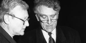 Hans Günter Danielmeyer und Heinrich Klotz betrachten eine Buch.