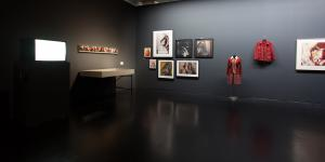 Bilder und ein Kleid an der Wand