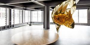 Ein goldener Grammophon-Trichter an einer großen runden Holzplatte