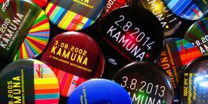 Viele verschieden-farbige Buttons vergangener KAMUNAS