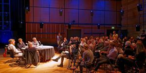Podium und Publikum während der Veranstaltung »Flusser-Talks« im ZKM_Kubus