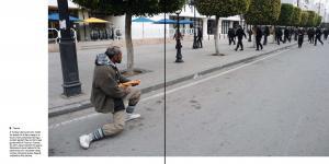 Mann hält ein Brot als wäre es eine Waffe.
