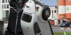 Ein auf dem Kopf stehender weißer VW-Käfer