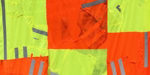 Gelber und orangener Stoff für Sicherheitswesten zusammengeknüpft zu einer drei mal 4 großen Fläche