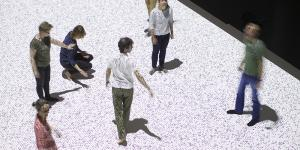 Tanzende Menschen auf einer Datenmatrix