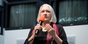 Eine Frau spricht in ein Mikrofon