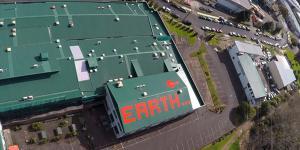 Earth in roten Buchstaben auf einem Dach