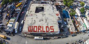 Auf einem Dach steht in roten Buchstaben »WORLDS«