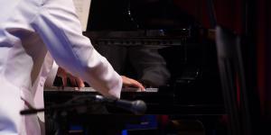 Hände auf Klaviertasten