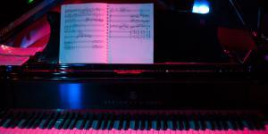 Ein Klavier mit Noten
