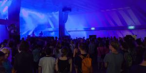 Viele Menschen in einem Pavillon