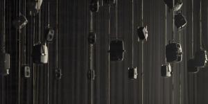 Mehrere Lautsprecher hängen von der Decke