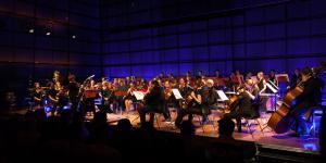 Ein Orchester auf der Bühne