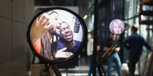 Video von zwei Männern, die in ein Mikrofon singen