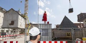 Eine Frau steht mitten auf der Baustelle