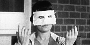 Eine Frau trägt eine weiße Augenmaske