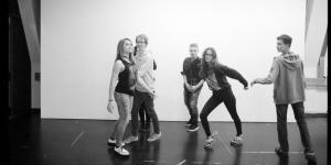 Sechs Jugendliche albern vor der Kamera