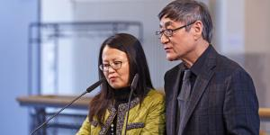 Ein Mann und eine Frau sprechen in ein Mikrophon