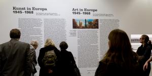 Visitors in the exhibition »Art in Europe 1945-1968«
