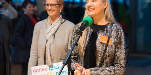 Zwei Frauen stehen am Mikrofon