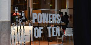 Transparent mit den Worten »Powers of Ten«