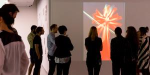 Das Foto zeigt BesucherInnen in der Ausstellung »Centerbeam«