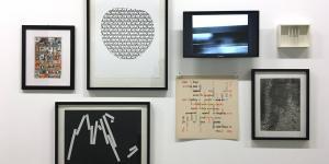 Wand mit Bildern der Künstler der Ausstellungsserie »Poetische Expansionen«
