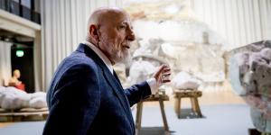 Markus Lüpertz in der Ausstellung vor der Merkur-Skulptur