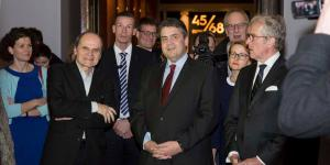 Curator Eckhart Gillen and Sigmar Gabriel at the exhibition opening in Moscow.