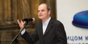 Kurator Eckhart Gillen spricht bei der Ausstellungseröffnung