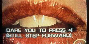 Rot geschminkter Mund. Darüber der Schriftzug: Dare you to press. Still step forward.