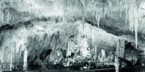 """Eine Schwarzweißfotografie der Tropfsteinhöhle """"Grotte des Canalettes"""""""