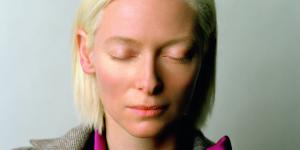Eine Frau, Tilda Swinton, mit geschlossenen Augen.