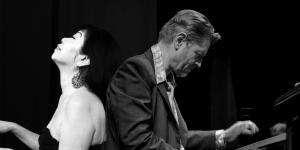 Das Bild zeigt die beiden Jazzmusiker Aki Takase und Alexander von Schlippenbach