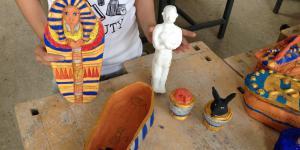 Eine aus Ton hersgestellte Kollektion von verschiedenen ägyptischen Kunstwerken in Miniaturausführung.