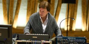 Die Musikwissenschaftlerin Annette Vande Gorne bedient ein Mischpult