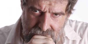 Porträt von Daniel Teruggi. Er schaut mit gesenktem Kopf streng direkt in die Kamera.