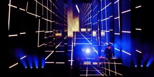 DJ-Duo auf Bühne, Lichteffekte im Hintergrund