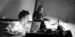"DinahBird und Jean-Philippe Renoult performen ""Shruti Loops"" im Ausland, Berlin 2016"