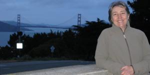 Die Komponistin und Musikwissenschaftlerin Evelyne Gayou vor der Golden Gate Bridge
