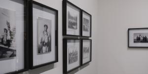 Verschiedene Bilder hängen an der Wand