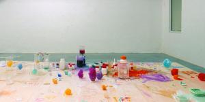 Blick in die Ausstellung »Fiction & Science». Im Vordergrund ein Tisch mit farbigen Kristallen und Chemikalien.