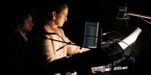 Fotografie zeigt Kathinka Pasveer bei der Uraufführung von STRAHLEN.