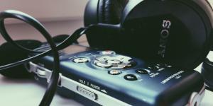 A closeup of a fieldrecorder and headphones.