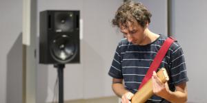 Ein Mann spielt auf einem Musikinstrument