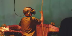 A children wearing VR glasses stands in a hot-air balloon