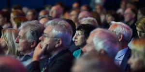 Das Publikum folgt gebannt der Preisverleihung.