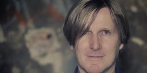 Portrait eines Mannes mit längeren blonden Haaren