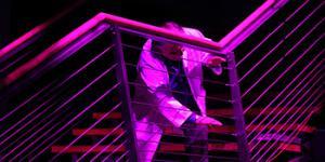 Peter Weibel spielt auf den Drahtseilen der ZKM-Treppe.
